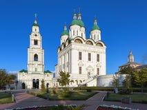 Domkyrka av antagandet och det Klocka tornet i astrakanKreml, Ryssland Royaltyfria Bilder