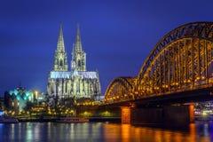 Domkyrka av den Cologne Hohenzollern bron på den blåa timmen arkivbilder