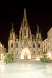 Domkyrka av det heliga korset och helgon Eulalia på natten. Barcelona Arkivfoton