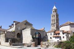 Domkyrka av helgonet Domnius och Diocletian slott i kluvna Croati Royaltyfri Bild