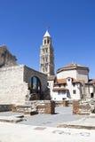 Domkyrka av helgonet Domnius och Diocletian slott i kluvna Croati Arkivfoto