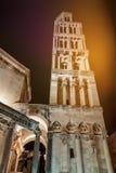 Domkyrka av helgonet Domnius på natten Arkivbild