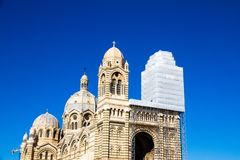Domkyrka av helgonet Mary Major i en solig dag i Marseille, franc arkivfoton