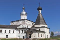 Domkyrka av Kristi födelse av oskulden och kyrkan av vördnadsvärda Martinian i den Ferapontov Belozersky kloster Ferapontovo områ royaltyfri fotografi