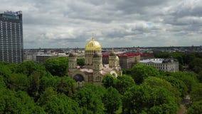 Domkyrka av Kristi födelsen av videoen för bästa sikt 4K UHD för surr för KristusRiga Lettland promenad den flyg- arkivfilmer