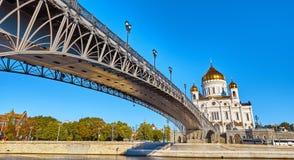 Domkyrka av Kristus frälsaren i Moskva bak floden Arkivfoton