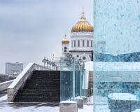 Domkyrka av Kristus frälsaren i snöfallet Del av katten Arkivbilder