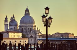Domkyrka av lampan för gata för Santa Maria dellahonnör på invallning i den Venedig solnedgången Italien Arkivfoton
