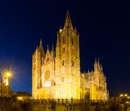 Domkyrka av Leon i natt arkivbild