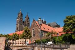 Domkyrka av Magdeburg på floden Elbe, Tyskland royaltyfri bild