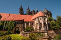 Domkyrka av Magdeburg på floden Elbe, Tyskland royaltyfri fotografi