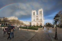 Domkyrka av Notre Dame och regnbågen royaltyfria bilder