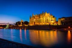 Domkyrka av Palma de Mallorca, Spanien på solnedgången Arkivbild