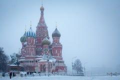 Domkyrka av Sankt basilika det välsignat på den röda fyrkanten för vinter, Moskva, Ryssland Royaltyfri Foto
