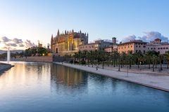 Domkyrka av Santa Maria av Palma La Seu p? solnedg?ngen, Palma de Mallorca, Spanien arkivbild