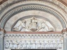 Domkyrka av St Martin i Lucca Lunetten visar Förlossare i en mandorla som rymms av två änglar och jungfruliga Mary med apostlar Royaltyfri Bild
