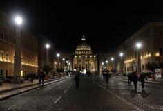 Domkyrka av St Peter i Vaticanen på natten Arkivfoton