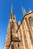 Domkyrka av St Peter och Paul i mitten av den Brno staden - Tjeckien kyrkligt torn för klocka arkivfoto