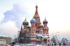 Domkyrka av St. Vasily den ryska ortodoxa kyrkan för Blessed.The som resas upp på röd fyrkant i Moskva i 1555-61 Fotografering för Bildbyråer