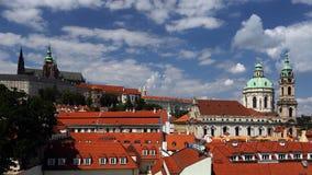 Domkyrka av St Vitus och kyrka St Nicholas, Praha, Prague, Tjeckien Royaltyfri Fotografi