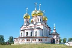 Domkyrka av symbolen av modern av det gudIverskaya slutet upp Valdai Iversky Svyatoozersky Bogorodits Arkivbild