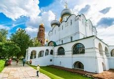 Domkyrka av vår dam av Smolensk och klockatornet Royaltyfria Foton
