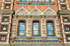 Domkyrka av vår frälsare på Spilled blod i St Petersburg, Ryssland - closeup av fönster av domkyrkan Royaltyfri Bild