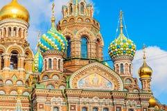Domkyrka av vår frälsare på Spilled blod i St Petersburg, Ryssland - closeup av kupoler och arkitekturdetaljer Arkivbild