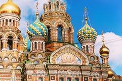Domkyrka av vår frälsare på Spilled blod i St Petersburg, Ryssland - closeup av kupoler och arkitekturdetaljer royaltyfri bild