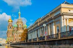 Domkyrka av vår frälsare på Spilled blod och byggnad av det statliga ryska museet i St Petersburg, Ryssland Royaltyfri Bild