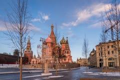 Domkyrka av Vasily det välsignad och Spasskaya tornet fotografering för bildbyråer