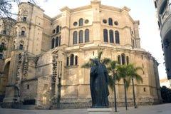 Domkyrka Catedral de la Encarnacon, palmträd och fyrkant i strålarna av inställningssolen arkivbild