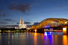 Domkyrka efter solnedgång i Cologne, Tyskland royaltyfri bild