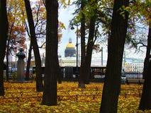 Domkyrka för Autumn Park och för St Isaac ` s Arkivbild