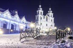 Domkyrka för helig ande i vintern Minsk på natten Magisk Minsk för julnatt stad Cityscape av Vitryssland huvudstaden royaltyfri fotografi