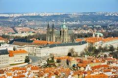 Domkyrka för Prague slott och St.Vitus-från Petrin Arkivfoto