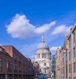 Domkyrka för Saint Paul ` s, London som beskådas från milleniumbron Royaltyfri Fotografi