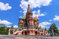 Domkyrka för St-basilika` s i Moskva royaltyfria bilder