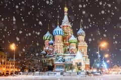 Domkyrka för St-basilika` s i Moskva i vinter Inskriften på royaltyfri foto