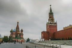 Domkyrka för St-basilika` s och röd fyrkant i Moskva royaltyfria foton