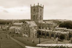 Domkyrka för St Davids, Pembrokeshire i sepiasignal Royaltyfri Foto