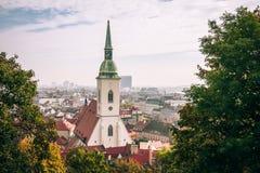 Domkyrka för St Martin ` s, Bratislava, som sett från kullearounen royaltyfria foton