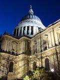 Domkyrka för St Paul's på natten Royaltyfri Bild