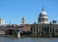 Domkyrka för St Paul ` s och milleniumbro, London royaltyfri fotografi