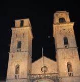 Domkyrka för St Tryphon på natten - Kotor stad arkivbild