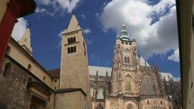 Domkyrka för St Vitus Cathedral Roman Catholic i den Prague slotten och Hradcany, Tjeckien lager videofilmer