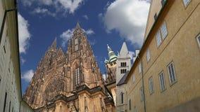 Domkyrka för St Vitus Cathedral Roman Catholic i den Prague slotten och Hradcany, Tjeckien stock video