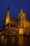Domkyrka för St Vitus på den Prague slotten i natten Arkivbild