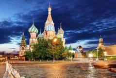 Domkyrka f?r St-basilika` s i Moskva p? r?d fyrkant p? en sommarafton och ett bl?tt moln royaltyfria bilder