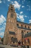 Domkyrka, folk och cyklar för ` s för St Salvator i Bruges Arkivbild